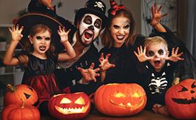 Für Halloween verkleidete Familie