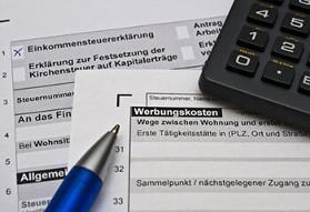Steuererklärung, Stift und Taschenrechner