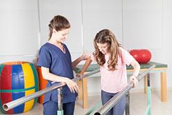 Zwei Frauen bei der Physiotherapie