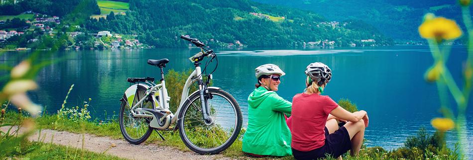 https://www.tarif-testsieger.de/images/content/zwei-radlerinnen-sitzen-neben-e-bike.png