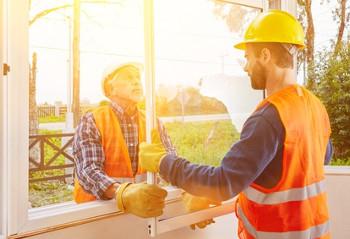 Zwei Männer setzen ein neues Fenster ein