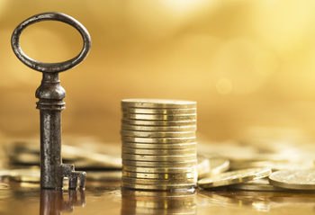 Ein Schlüssel und mehrere Geldstücke