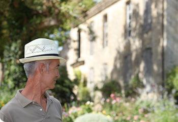 Vermieter steht vor seinem Haus